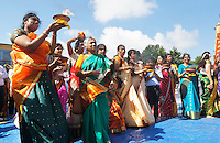 Nederland Den Helder  2016  06 26. Jaarlijkse tempelfeest bij de Hindoe tempel in Den Helder.. Vereniging Sri Varatharaja Selvavinayagar voltooide in 2003 het gebouw dat wordt gebruikt voor het bevorderen van kunst en cultuur. Een ander deel wordt gebruikt voor het praktiseren van religieuze waarden. Rituelen voor de tempel. Vrouwen dragen schalen met vuur.  Foto Berlinda van Dam /  Hollandse Hoogte