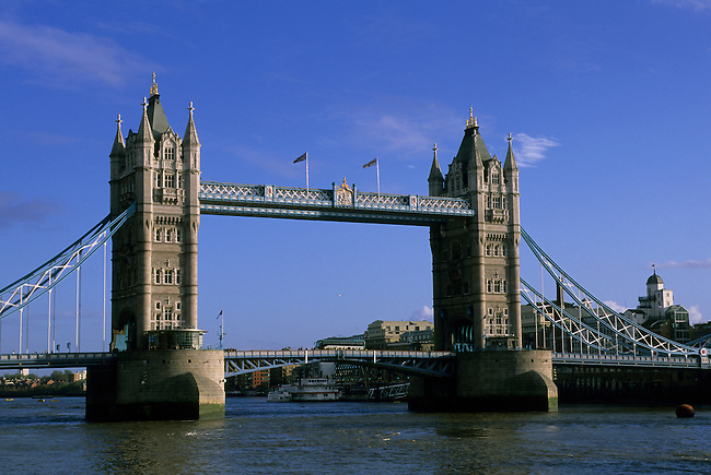 GREAT BRITAIN, LONDON, RIVER THAMES, TOWER BRIDGE