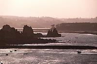 Europe/France/Bretagne/22/Côtes d'Armor/Circuit de la Côte des Ajoncs/Plougrescant: Les rochers du gouffre Castel Meur à la pointe du chateau