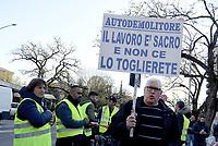 Roma, 5 Dicembre 2018<br /> Auto demolitori protestano con i gilet gialli davanti la Regione Lazio per chiedere la possibilit&agrave; di continuare a lavorare dopo il blocco delle concessioni fatto dal Comune di Roma <br /> <br /> Risale al 1997 la decisone di delocalizzare gli sfasciacarrozze fuori dal Raccordo Anulare. Ma ad oggi non &egrave; ancora stata trovata una soluzione
