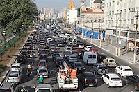 SAO PAULO, SP, 25/06/2014, TRANSITO. O corredor norte/sul apresenta transito intenso na manha dessa quarta-feira (25) na regiao do Bom Retiro.Luiz Guarnieri/Brazil Photo Press.