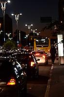 SAO PAULO, 17 DE MAIO DE 2012 - TRANSITO SP - Transito na avenida Paulista, no fim da tarde desta quarta feira. FOTO: ALEXANDRE MOREIRA - BRAZIL PHOTO PRESS