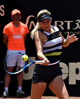 BOGOTÁ-COLOMBIA, 14-04-2019: Amanda Anisimova (USA), devuelve la bola a Astra Sharma (AUS), durante partido por la final del Claro Colsanitas WTA, que se realiza en el Carmel Club en la ciudad de Bogotá. / Amanda Anisimova (USA), returns the ball against Astra Sharma (AUS), during a match for the final of the WTA Claro Colsanitas, which takes place at Carmel Club in Bogota city. / Photo: VizzorImage / Luis Ramírez / Staff.