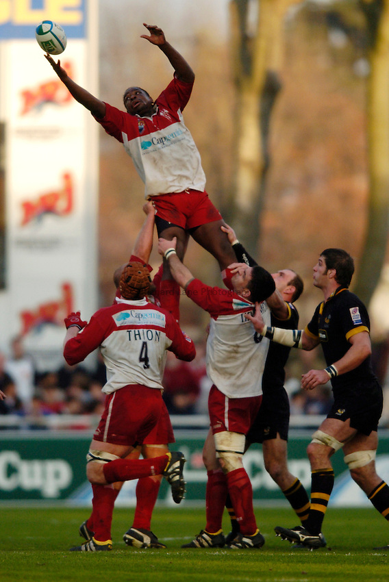 Photo: Richard Lane..Biarritz Olympique v London Wasps. Heineken Cup. 15/01/2005..Serge Betsen reaches for a lineout.