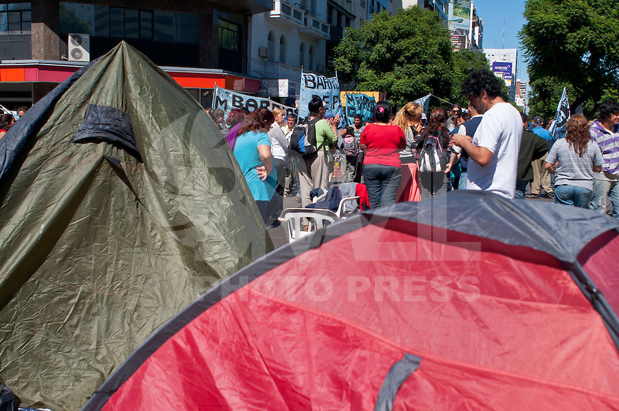 BUENOS AIRES, ARGENTINA, 30 DE MARCO DE 2012 - BLOQUEIO AV 9 DE JULHO - Ativistas do movimento Barrios de Pie sao vigiados pela policia durante bloqueio que ja dura quase 24h, o ato e em repudio ao governo cortar dinheiro para cozinhas comunitárias na Avenida 9 de Julho no centro de Buenos Aires, capital da Argentina, nesta sexta-feira, 29. (FOTO: PATRICIO MURPHY / BRAZIL PHOTO PRESS).