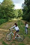 Jeunes filles faisant du VTT aux environs de Villevêque (49) sur les bords du Loir.