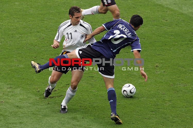 FIFA WM 2006 -  Quarter Finals / Viertelfinal<br /> Play   #57  (30-Jun) - Deutschland - Argentinien<br /> <br /> Miroslav Klose (links) von Deutschland im Zweikampf mit Juan Riquelme (rechts) von Argentinien.<br /> <br /> Foto &copy; nordphoto