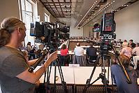 Sondersitzung des Innenausschuss des Berliner Abgeordnetenhaus wegen der Polizeieinsaetze in der Rigaer Strasse in Berlin-Friedrichshain. Die Oppositionsparteien, B90/Gruene, Piraten und Linkspartei hatten diese Sondersitzung beantragt, da es nach ihrer Meinung z.T. um rechtswidrige Polizeieinsaetze handelte, bei denen die Polizei u.a. rechtswidrig mehrere Raeumlichkeiten raeumte.<br /> Im Bild: <br /> 21.7.2016, Berlin<br /> Copyright: Christian-Ditsch.de<br /> [Inhaltsveraendernde Manipulation des Fotos nur nach ausdruecklicher Genehmigung des Fotografen. Vereinbarungen ueber Abtretung von Persoenlichkeitsrechten/Model Release der abgebildeten Person/Personen liegen nicht vor. NO MODEL RELEASE! Nur fuer Redaktionelle Zwecke. Don't publish without copyright Christian-Ditsch.de, Veroeffentlichung nur mit Fotografennennung, sowie gegen Honorar, MwSt. und Beleg. Konto: I N G - D i B a, IBAN DE58500105175400192269, BIC INGDDEFFXXX, Kontakt: post@christian-ditsch.de<br /> Bei der Bearbeitung der Dateiinformationen darf die Urheberkennzeichnung in den EXIF- und  IPTC-Daten nicht entfernt werden, diese sind in digitalen Medien nach §95c UrhG rechtlich geschuetzt. Der Urhebervermerk wird gemaess §13 UrhG verlangt.]