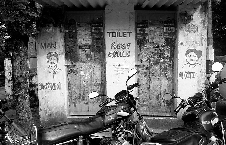 2006 Mahabalipuram (Tamil Nadu)<br /> <br /> Entrée des toilettes publiques.<br /> <br /> Public toilet entrance.