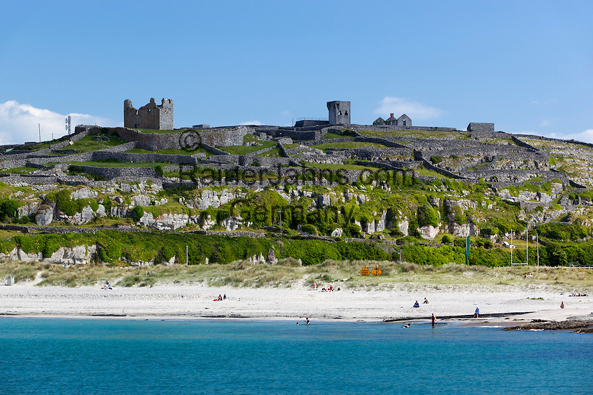 Ireland, County Galway, Aran Islands, Inisheer: Beach and O'Brien's Castle   Irland, County Galway, Aran Islands, Inisheer: Beach und O'Brien's Castle