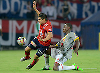 MEDELLÍN -COLOMBIA-12-03-2016. Mauricio Molina (Izq) de Independiente Medellín disputa el balón con Baldomero Perlaza (Der) de Independiente Santa Fe durante partido por la fecha 9 de la Liga Águila I 2016 jugado en el estadio Atanasio Girardot de la ciudad de Medellín./ Mauricio Molina (L) player of Independiente Medellin fights for the ball with Baldomero Perlaza (R) Independiente Santa Fe during the date 9 of Aguila League I 2016 played at Atanasio Girardot stadium in Medellin city. Photo: VizzorImage/ León Monsalve /Str