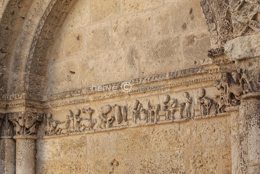 France, Charente (16), Aubeterre-sur-Dronne, labelisé Les Plus Beaux Villages de France, l'église Saint-Jacques, façade de style roman saintongeais du XIIe siècle, frise sur les métiers