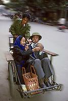 Asie/Vietnam/Hanoi: Vietnamiens allant au marché en Cyclo-pousse