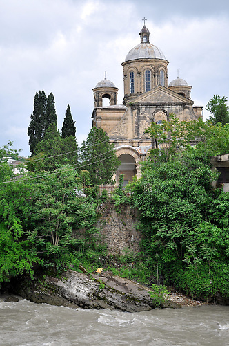 Orthodoxe Kirche am Rioni-Fluss in Kutaissi. / Georgian Orthodox Church of Annunciation in Kutaisi.