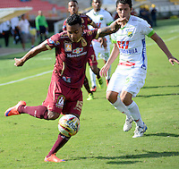 IBAGUÉ -COLOMBIA, 24-06-2015. Armando J. Vargas (Izq) jugador de Deportes Tolima disputa el balón con un (Der) jugador del Atlético Huila por la fecha 10 de la Liga Aguila II 2016 jugado en el estadio Manuel Murillo Toro de la ciudad de Ibagué./ Armando J. Vargas (L) player of  Deportes Tolima vies for the ball with a (R) player of Atletico Huila for the date 10 of the Aguila League II 2016 played at Manuel Murillo Toro stadium in Ibague city. Photo: VizzorImage / Juan Carlos Escobar / Str
