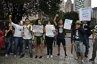 ATENCAO EDITOR IMAGEM EMBARGADA PARA VEICULOS INTERNACIONAIS - SAO PAULO, 01 DE FEVEREIRO DE 2013. - PROTESTO TARIFA TRANSPOTE PUBLICO  - Grupo protesta contra aumento da tarifa do transporte publico na capital, na frente da estacao Anhangabau, no fim da tarde desta sexta feira, 01, regiao central.  (FOTO: ALEXANDRE MOREIRA / BRAZIL PHOTO PRESS).