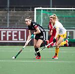 AMSTELVEEN - Hockey - Hoofdklasse competitie dames. AMSTERDAM-DEN BOSCH (3-1). Eva de Goede (A'dam) met Sian Keil (Den Bosch)     COPYRIGHT KOEN SUYK