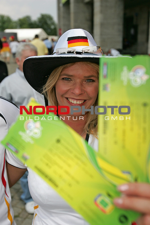 FIFA WM 2006 - Gruppe A ( Group A )<br /> Play #33 (20-Jun) - Ecuador vs Germany.<br /> Female supporters from Germany celebrate before the match of the World Cup in Berlin.<br /> Foto &copy; nordphoto