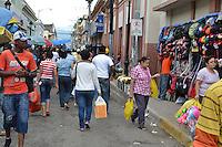 En la semana que antecedió la Noche Buena y la que cierra este sábado, las zonas comerciales de Santiago, se han visto abarrotadas de personas que acuden para comprar alimentos, ropa y otras mercancías propias de la navidad.