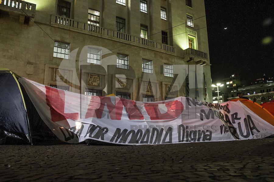 SAO PAULO, SP, 31.07.2014 - ACAMPAMENTO SEM TETOS - SP - Grupo de sem tetos ligados ao LMD (Luta por Moradia Digna) acampa em frente à Prefeitura de São Paulo no centro da cidade, nesta quinta-feira (31). (Foto: Marcelo Brammer / Brazil Photo Press).
