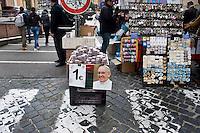 Roma, 26 Marzo, 2013. Souvenirs in vendita nei pressi del Vaticano
