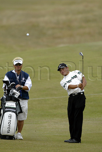 July 16, 2003: SHIGEKI MARUYAMA (JPN) playing a chip during practice, The Open Championship, Royal St George's Golf Club Photo: Neil Tingle/Action Plus...British 2003 golf golfer golfers player 030716 chips chipping caddie caddies