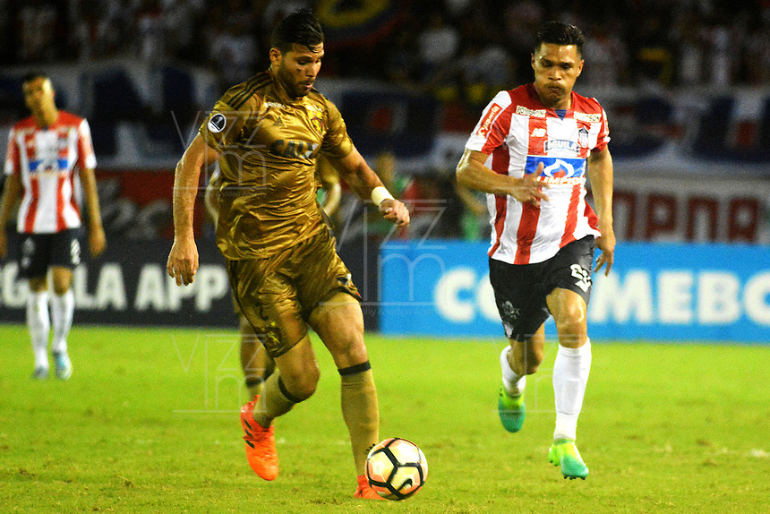 BARRANQUIILLA - COLOMBIA, 02-11-2017: Teofilo Gutierrez (Der) del Atlético Junior de Colombia disputa el balón con Oswaldo Henriquez (Izq) jugador de Sport Recife de Brasil durante partido de vuelta por los cuartos de final, llave 3, de la Copa CONMEBOL Sudamericana 2017  jugado en el estadio Metropolitano Roberto Meléndez de la ciudad de Barranquilla. / Teofilo Gutierrez Henao (R) player of Atlético Junior of Colombia struggles the ball with Oswaldo Henriquez (L) player of Sport Recife of Brazil during second leg match for the final quarters, key 3, of the Copa CONMEBOL Sudamericana 2017played at Metropolitano Roberto Melendez stadium in Barranquilla city.  Photo: VizzorImage/ Alfonso Cervantes / Cont