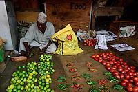 TANZANIA Zanzibar, Stone town, market / TANSANIA Insel Sansibar, Stonetown, Verkauf von Gemuese auf dem Markt