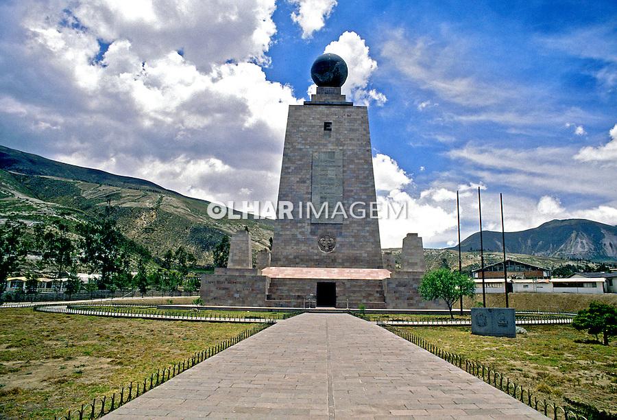 Monumento da metade do mundo. Quito. Equador. Foto de Rogério Reis. Data. 2001.