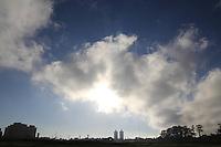 SAO PAULO, SP - 17.11.2014 CLIMA TEMPO - São Paulo amanhece ensolarada, mas com temperatura baixa nesta segunda-feira (17) com variações  entre 12º e 15º. <br /> <br /> (Foto: Fabricio Bomjardim / Brazil Photo Press)