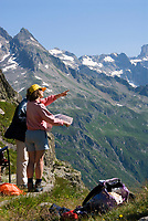 CHE, Schweiz, Kanton Bern, Berner Oberland, Sustenpass (2.224 m) - Grenze der Kantone Bern und Uri: Bergwanderer mit Karte | CHE, Switzerland, Bern Canton, Bernese Oberland, Sustenpass (2.224 m) - border of cantones Bern + Uri: hikers with map