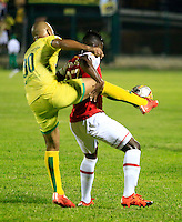 FLORIDABLANCA - COLOMBIA -14 -02-2016: Luis Payares (Izq.) jugador de Atletico Bucaramanga disputa el balón con William Palacio (Der.) jugador de Independiente Santa Fe, durante partido entre Atletico Bucaramanga e Independiente Santa Fe, por la fecha 3 de la Liga Aguila I 2016, jugado en el estadio Alvaro Gomez Hurtado de la ciudad de Floridablanca.  / Luis Payares (L) player of Atletico Bucaramanga fights for the ball with William Palacio (R) player of Independiente Santa Fe, during a match between Atletico Bucaramanga and Independiente Santa Fe, for the date 3 between of the Liga Aguila I 2016 at the Alvaro Gomez Hurtado stadium in Floridablanca city. Photo: VizzorImage.  / Duncan Bustamante / Cont.