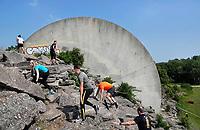 Nederland - Spaarnwoude -2018. De Strong Viking Hills Edition. Obstacle Run. Eén van de klimmuren in het recreatiegebied Spaarnwoude is onderdeel van deze run. Dit  kunstobject is ontworpen door de Leidse beeldhouwer Frans de Wit en heeft als doel kunst en recreatie te integreren. Foto Berlinda van Dam / Hollandse Hoogte.