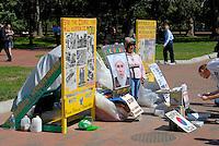 4415 / Friedensdemo: AMERIKA, VEREINIGTE STAATEN VON AMERIKA, WASHINGTON DC, (AMERICA, UNITED STATES OF AMERICA), 04.09.2006: Friedensdemonstranten vor dem White House, Frau gegenueber des White House