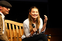 """Schauspielerin und Model Leia Holtwick (""""Immenhof"""") hat Spaß beim Interview mit Moderator und Kabarettist Christian Döring in seiner Rolle als Gasskehrer - Büttelborn 03.09.2019: Vun de Gass herunner, Biddelberner Babbelbank"""