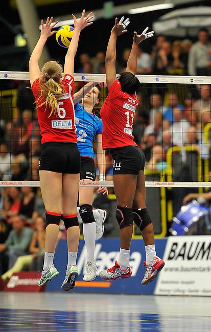 WIESBADEN, DEUTSCHLAND - MAERZ 12: 20. Spieltag in der Deutschen Volleyball Bundesliga (DVL) der Damen. Begegnung zwischen dem VC Wiesbaden (hellblau) und den Roten Raben Vilsbiburg (rot) am 12. Maerz 2014 in der Sporthalle Am 2. Ring in Wiesbaden, Deutschland. Endstand 2-3. (Photo by Dirk Markgraf / www.265-images.com) *** Local caption *** Ksenija Ivanovic (#12) des VC Wiesbaden, Celin Stohr (#6) von den Roten Raben Vilsbiburg, Liana Mesa Luaces (#11) von den Roten Raben Vilsbiburg