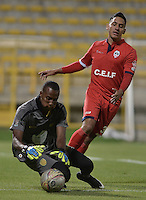 BOGOTÁ -COLOMBIA-30-11-2015. German Gonzalez (Der.) de Fortaleza FC disputa el balón con Jhon Figueroa (Izq.) arquero de Leones FC durante partido por la fecha 6 de los cuadrangulares finales del Torneo Águila 2015 jugado en el estadio Metropolitano de Techo en Bogotá./ German Gonzalez (R) of Fortaleza FC fights for the ball with Jhon Figueroa (L) goalkeeper of Leones FC during the match for the date 6 of the final quadrangulars of Aguila Tournament 2015 played at Metropolitano de Techo stadium in Bogota. Photo: VizzorImage / Gabriel Aponte / Staff