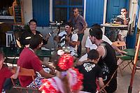 Europe/France/13/Bouches du Rhone/Camargue/Parc Naturel Régionnal de Camargue/Saintes Maries de la Mer: Lors du Pèlerinage des Gitans, Musiciens tziganes à la terrasse d'un café
