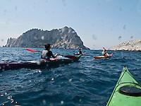 Europe/France/Provence-Alpes-Côte d'Azur/13/Bouches-du-Rhône/Marseille: Randonnée dans les calanques en kayak de mer avec  Jérémie Metzger à la calanque de Callelongue - en fond l' Ile Maïre
