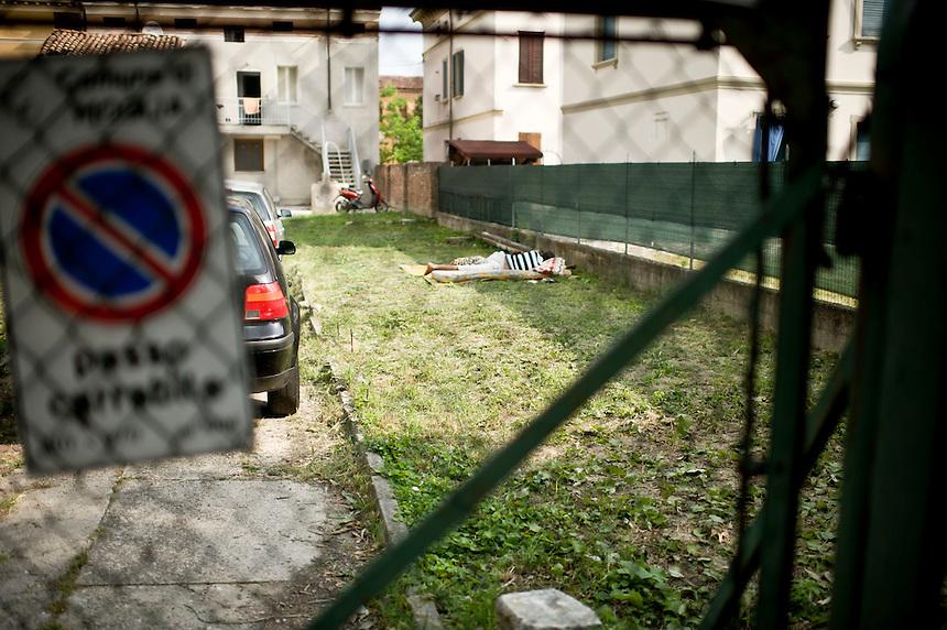 Moglie - 3 giugno 2012 - Terremoto in Emilia.  Molte persone dormono all'aperto.<br /> <br /> Moglie - June 3, 2012 - Earthquake in Emilia. Many people are sleeping outside.