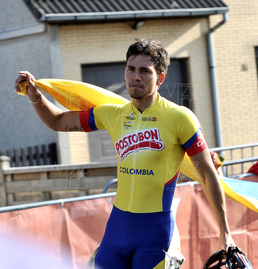 OOSTENDE – BELGICA – 27-08-2013: Pedro Causil, patinador de Colombia celebra con la bandera de Colombia la medalla de oro en la prueba de los 200 metros contra reloj individual  en el patinodromo Mundialista Track en Oostende,  Belgica, agosto 27 de 2013. (Foto: VizzorImage / Luis Ramirez / Staff).  Pedro Causil, Colombia skater, celebrates with the Colombian flag the golden medal in the testing of the 200 meters time trial in the Mundialist Track in Oostende, Belgium, August 27, 2013. (Photo: VizzorImage / Luis Ramirez / Staff).