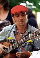 Roma, 12 luglio 2006.Il  cantante Manu Chao in visita al centro sociale Corto Circuito.Rome, July 12, 2006.The singer Manu Chao visited the social  center Corto Circuito