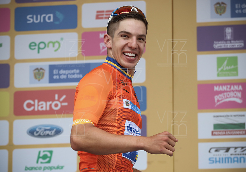 LA CEJA - COLOMBIA, 13-02-2019: Alvaro Hodeg (COL), Deceuninck - Quick Step Floors, celebra como líder general después de la segunda etapa del Tour Colombia 2.1 2019 con un recorrido de 150.5 Km, que se corrió entre La Ceja Canadá - Carmen de Viboral - Rionegro - Canadá - La Ceja. / Alvaro Hodeg (COL), Deceuninck - Quick Step Floors, celebrates as general leader after  the second stage of 150.5 km of Tour Colombia 2.1 2019 that ran through La Ceja Canada - Carmen de Viboral - Rionegro - Canada - La Ceja.  Photo: VizzorImage / Fedeciclismo Prensa