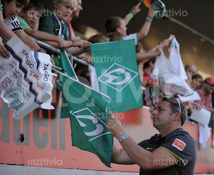 FUSSBALL     1. BUNDESLIGA     SAISON 2010/2011     TESTSPIEL   20.07.2010  SSV Reutlingen - SV Werder Bremen       SV Werder Bremen Manager Klaus Allofs schreibt Autogramme