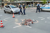 Schwerer Fahrradunfall am Donnerstag den 19. April 2018 auf der Kreuzung Koepenicker Stra&szlig;e und Skalitzerstrasse.<br /> Gegen 17.00 Uhr wurde eine Radfahrerin beim ueberqueren der Kreuzung von einem PKW ueberfahren und dabei schwer verletzt.<br /> Im Bild: Polizei an der Unfallstelle.<br /> 19.4.2018, Berlin<br /> Copyright: Christian-Ditsch.de<br /> [Inhaltsveraendernde Manipulation des Fotos nur nach ausdruecklicher Genehmigung des Fotografen. Vereinbarungen ueber Abtretung von Persoenlichkeitsrechten/Model Release der abgebildeten Person/Personen liegen nicht vor. NO MODEL RELEASE! Nur fuer Redaktionelle Zwecke. Don't publish without copyright Christian-Ditsch.de, Veroeffentlichung nur mit Fotografennennung, sowie gegen Honorar, MwSt. und Beleg. Konto: I N G - D i B a, IBAN DE58500105175400192269, BIC INGDDEFFXXX, Kontakt: post@christian-ditsch.de<br /> Bei der Bearbeitung der Dateiinformationen darf die Urheberkennzeichnung in den EXIF- und  IPTC-Daten nicht entfernt werden, diese sind in digitalen Medien nach &sect;95c UrhG rechtlich geschuetzt. Der Urhebervermerk wird gemaess &sect;13 UrhG verlangt.]