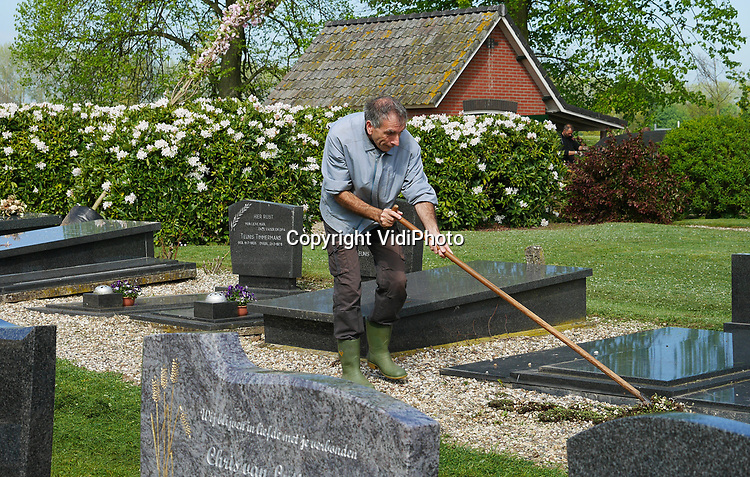 Foto: vidiPhoto<br /> <br /> VALBURG - In slechts vier uur tijd heeft begraafplaats Rustoord van de hervormde PKN-gemeente Valburg-Homoet (Gelderland) zaterdag een 'extreme make-over' gekregen. Na een oproep in het kerkblad door de plaatselijke predikant ds. B. van Leeuwen, togen enkele tientallen gemeenteleden en studenten van de christelijke studentenvereniging Quo Vadis (CSFR), naar het kerkhof om in snel tempo de dodenakker van een nieuw uiterlijk te voorzien. Zo werden naast gewone werkzaamheden als het verwijderen van onkruid, maaien van gras, snoeien van heggen, bomen en struiken en schoonmaken en aanharken van de graven, de meeste struiken weggehaald met een graafmachine. Daarvoor in de plaats werden jonge prunussen neergezet om zo onder andere meer ruimte te cre&euml;ren voor belangstellenden tijdens een begrafenis. Ook op de oude begraafplaats rond de historische kerk waren vrijwilligers aan het werk. Het aantal leden van de behoudende gemeente neemt de laatste twee jaar toe en het aantal kerkgangers is zelfs meer dan verdubbeld. Tijdens beide zondagse diensten zijn vrijwel alle zitplaatsen bezet. De groei is opmerkelijk omdat het aantal leden van de PKN jaarlijks met 2,5 procent daalt en iedere week gemiddeld twee kerken moeten sluiten.