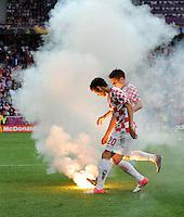 FUSSBALL  EUROPAMEISTERSCHAFT 2012   VORRUNDE Italien - Kroatien                    14.06.2012 Ivan Perisic (li) und Ognjen Vukojevic (re, beide Kroatien) kuemmern sich um auf den Platzt geworfene Pyrotechnik