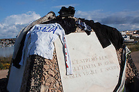 Lampedusa: gli immigrati tunisini asciugano i loro panni al sole...Lampedusa: clothes hung out to dry on a monument.  A humanitarian emergency has been declared by the Italian government as over 16000 migrants have arrived on the island of Lampedusa in the last two months