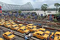 INDIA Westbengal Calcutta Kolkata, yellow cab HM Ambassador waiting at railway station Howrah / INDIEN Westbengalen, Kalkutta, Howrah Bruecke ueber den Fluss Hugli, gelbe Taxi HM Ambassador warten am Bahnhof Howrah