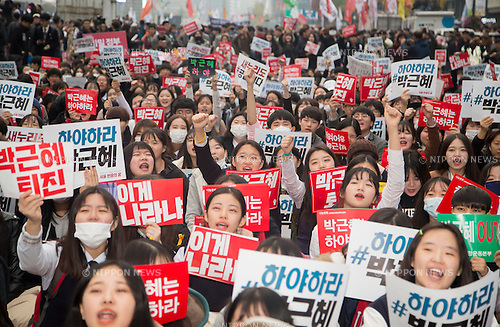 "South Korea Politics, Nov 5, 2016 : Middle and high school students attend a rally demanding South Korean President Park Geun-hye's resignation in Seoul, South Korea, a day after President Park said she will accept an investigation over a corruption scandal involving her confidante Choi Soon-sil. Tens of thousands of people marched in central Seoul after a rally as they demanded Park's resignation over a corruption scandal involving Choi who allegedly meddled in state affairs and pursued unlawful benefits for herself, local media reported. The Police said about 43,000 people gathered while organizers of the rally said about 150,000 people attended the rally. Signs read,""Park Geun-hye resign"". (Photo by Lee Jae-Won/AFLO) (SOUTH KOREA)"